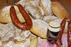 Selbstgebackenes Brot und selbstgemachte Wurst